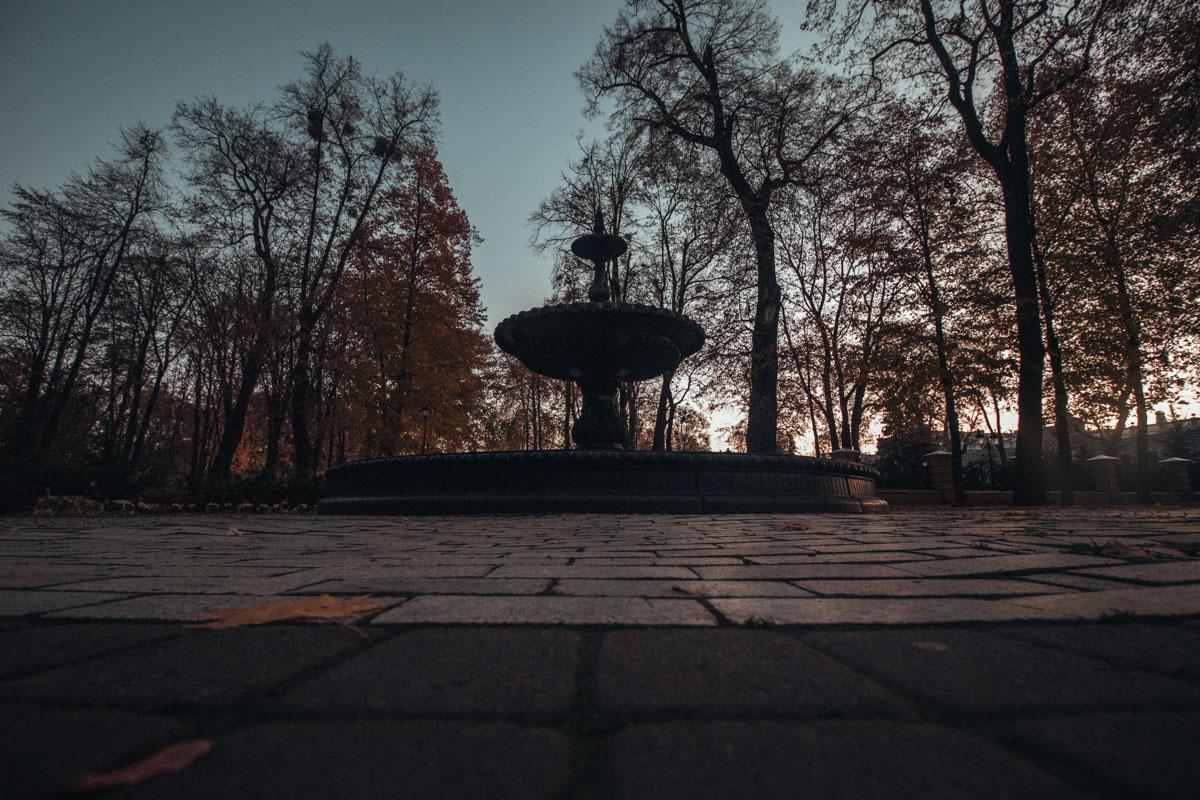 Одинокий силуэт уснувшего фонтана