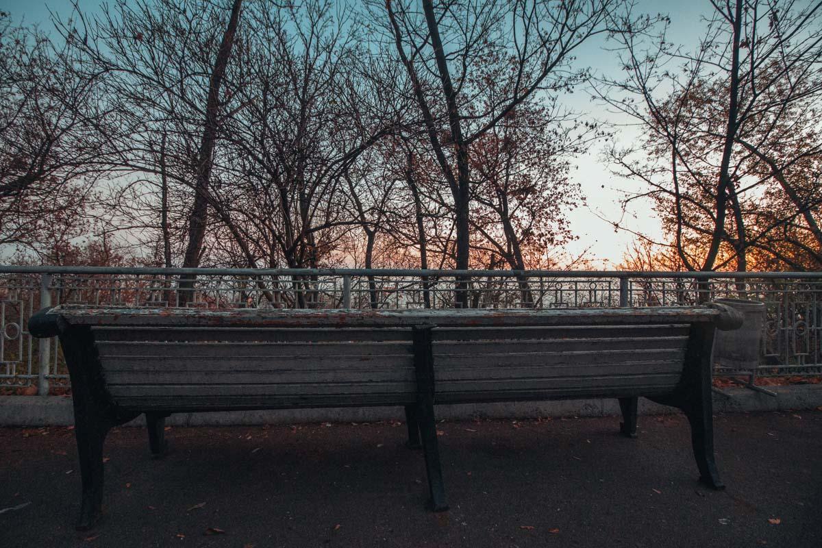 Некому присесть на одинокую скамейку