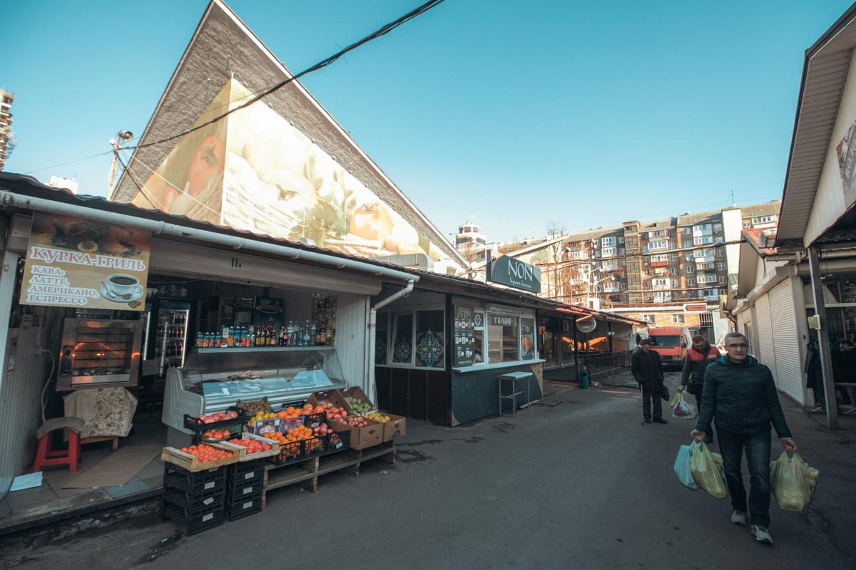 Первоначально рынок располагался на месте действующего ныне Дворца «Украина» возле Владимирской церкви