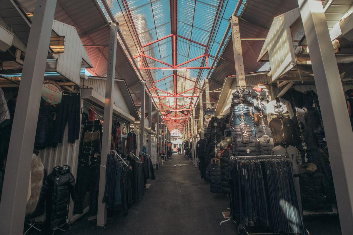 Рынок насчитывает более 900 торговых мест и ежемесячно принимает более 50 тысяч покупателей