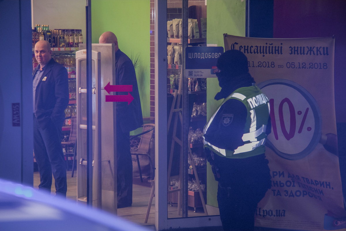 Police should evacuate people from all Silpo stores in Kiev