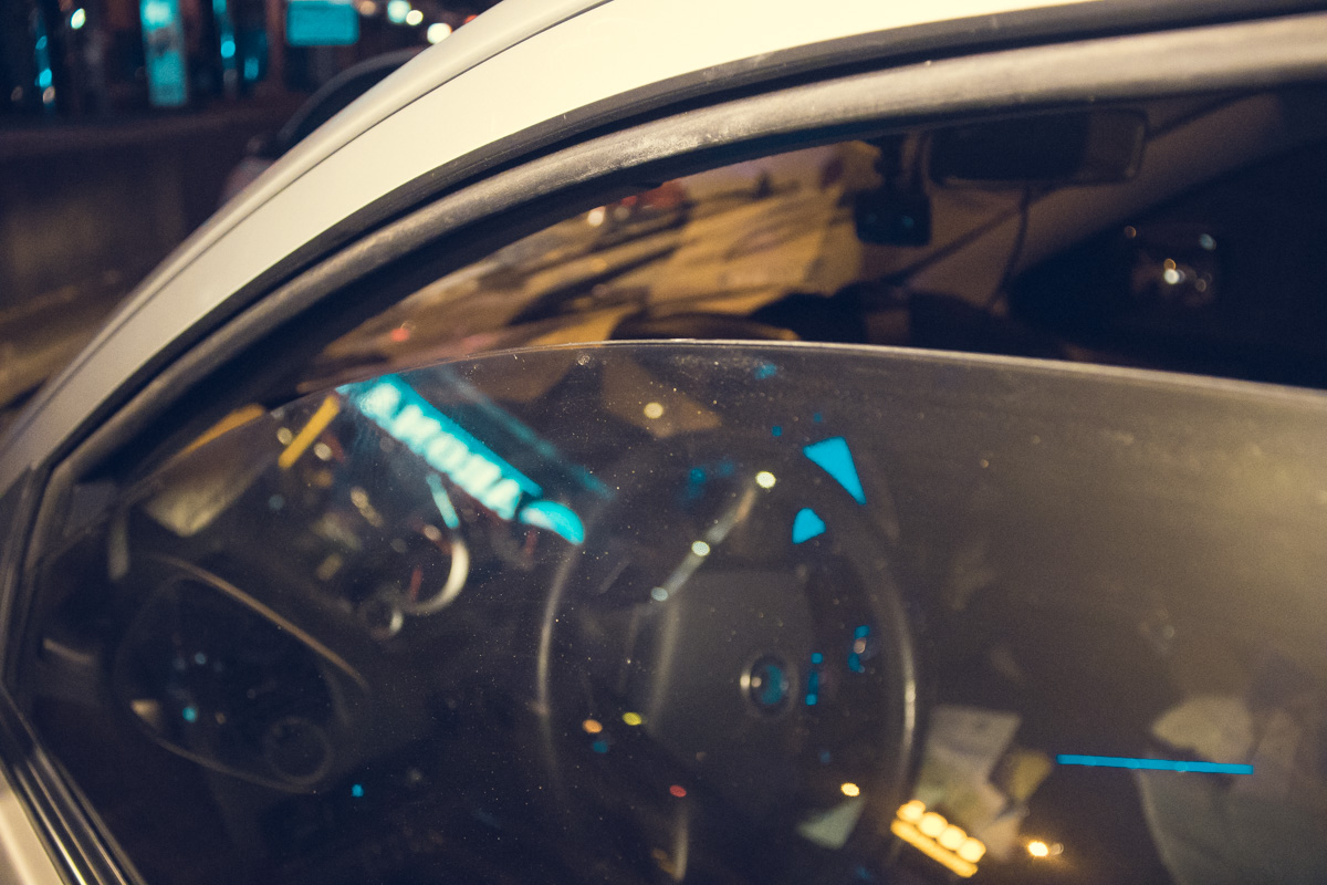 По словам таксиста, патрульные пытались проникнуть в автомобиль