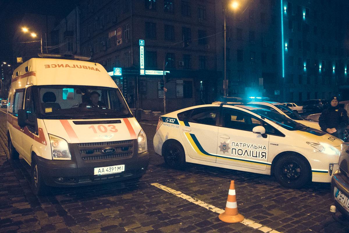 Медики оказали помощь полицейскому