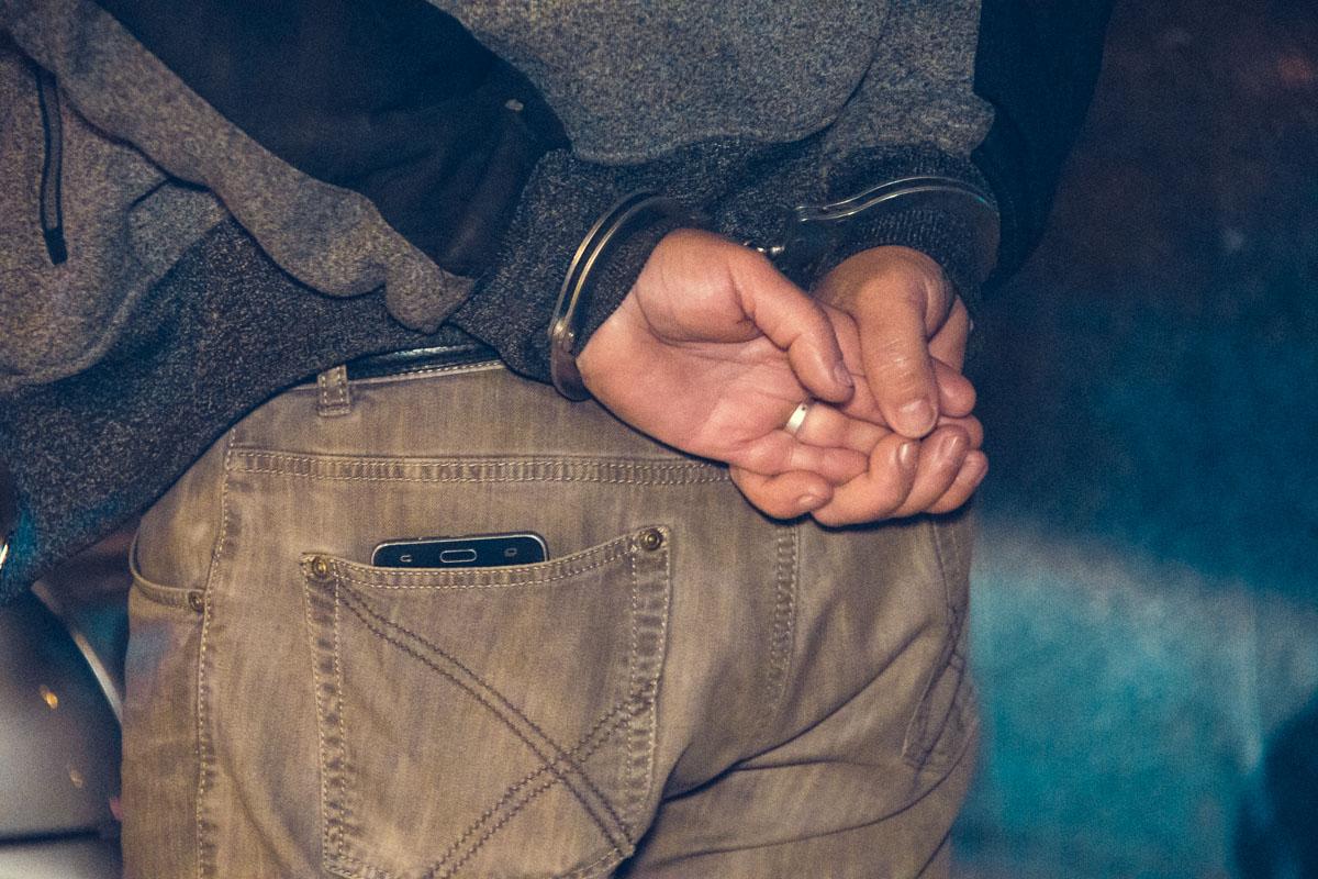 А после достали из салона и надели на него наручники