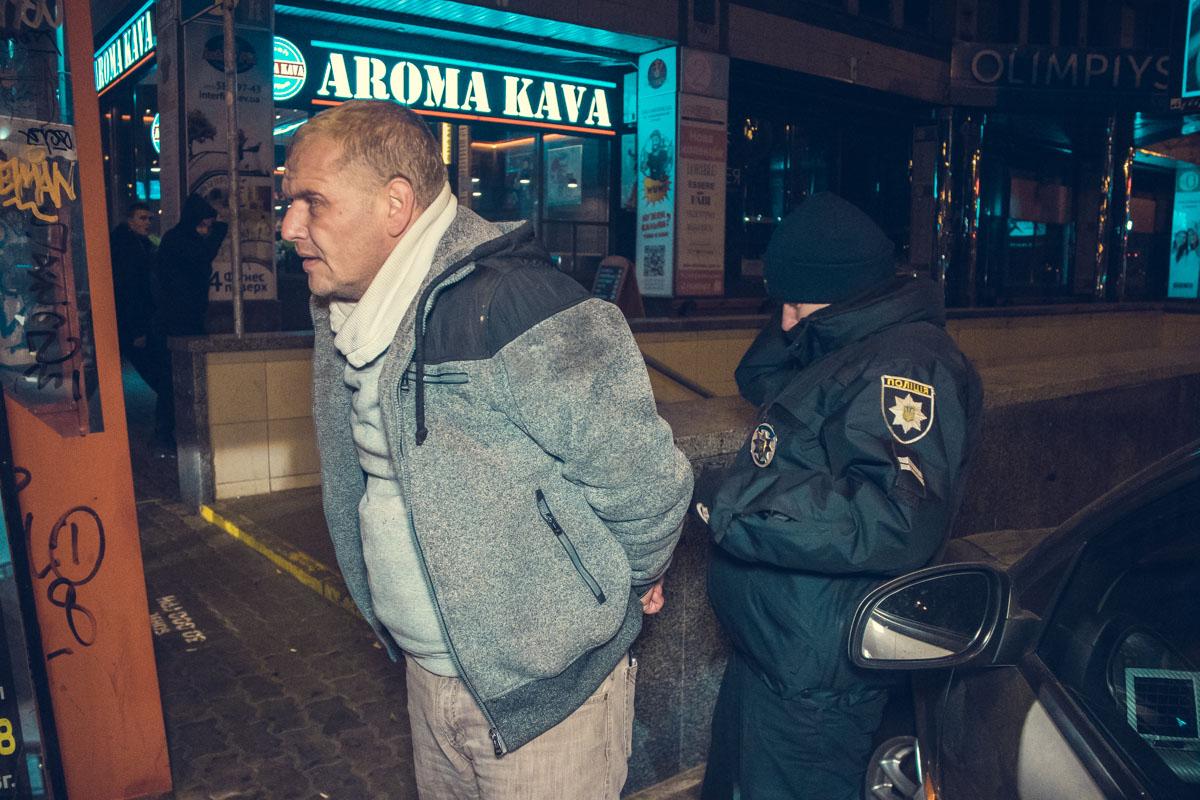 Мужчина зажал руку полицейского стеклом автомобиля и протащил его за перекресток