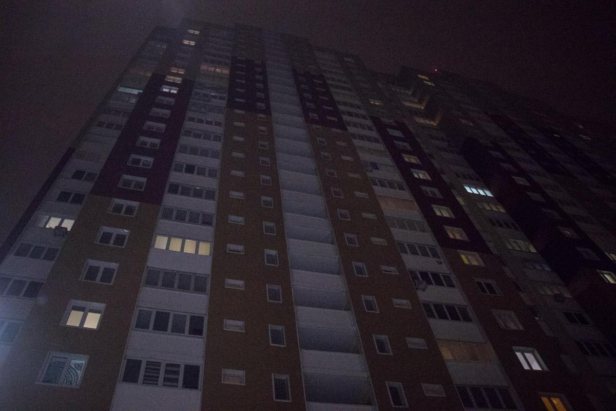 Молодой мужчина выпал с общего балкона 19-го этажа жилого дома в Подольском районе