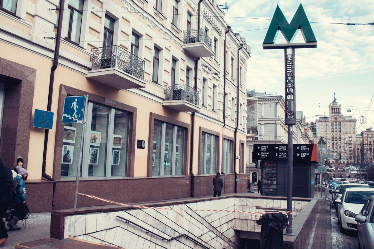 На выходе из станции метро Театральная умер мужчина