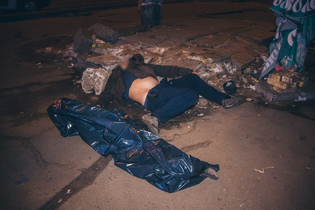 """Возле одного из входов на станцию метро """"Нивки"""" обнаружили труп мужчины"""