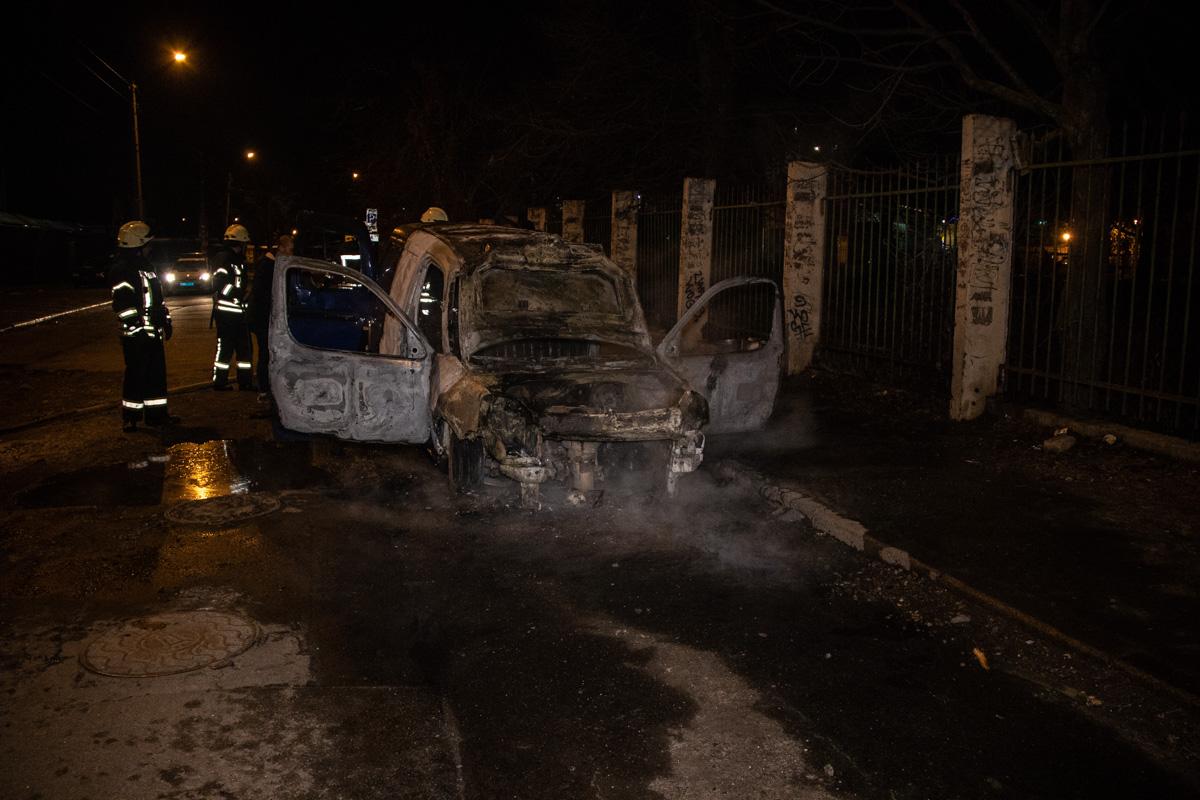 На улице Кирилловской возле Куреневского рынка на ходу загорелся автомобиль Citroen Berlingo