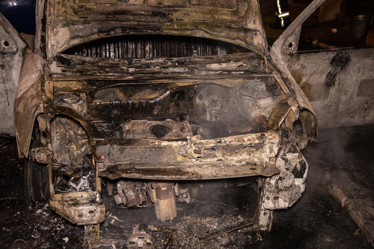 Когда машина проезжала возле Куреневского рынка, из-под капота авто начало вырываться пламя