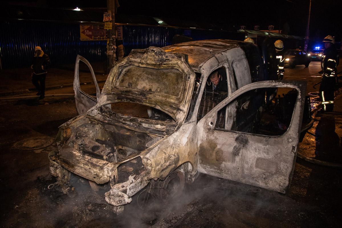 Буквально за считанные минуты автомобиль был полностью охвачен огнем