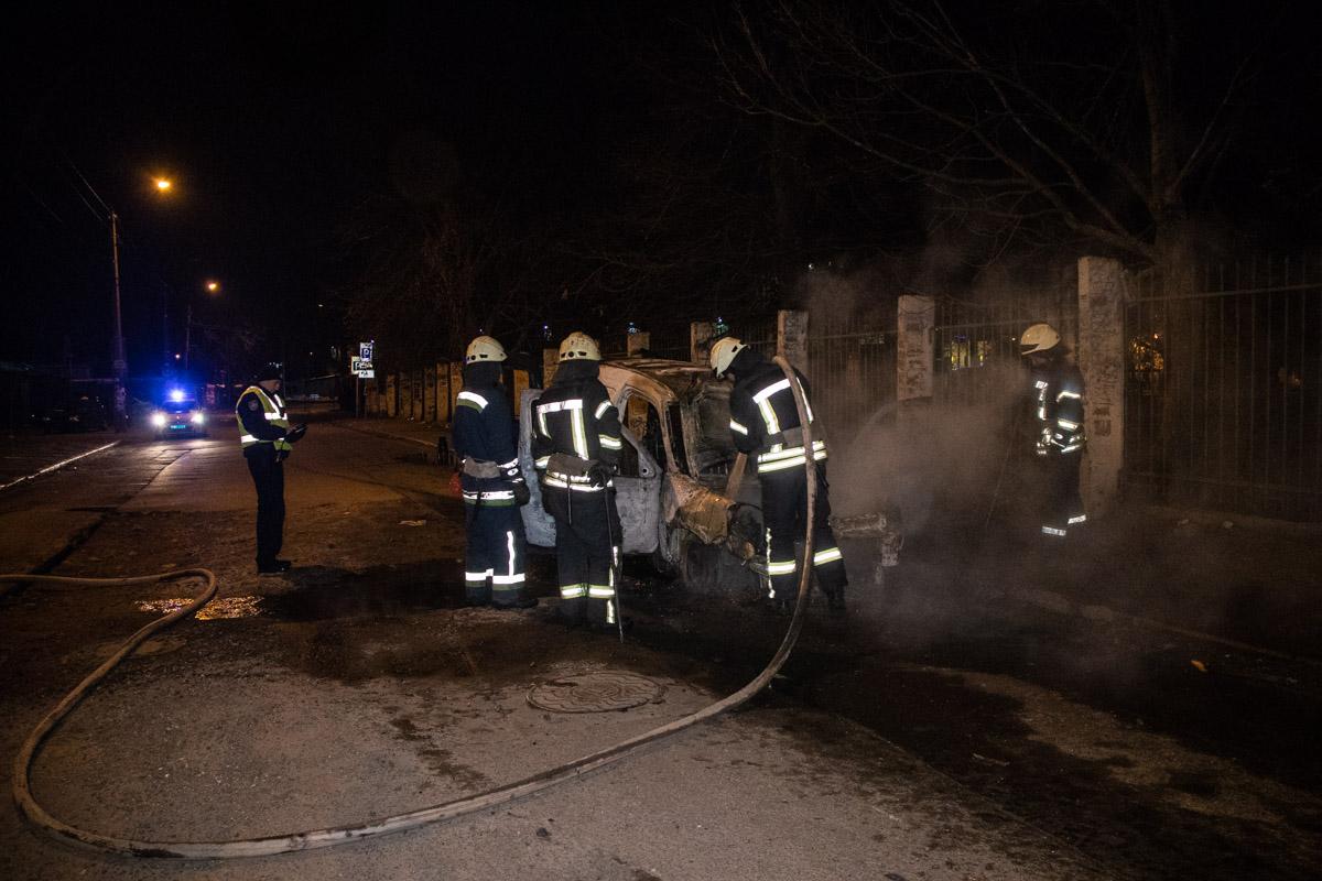 Огонь практически полностью уничтожил машину