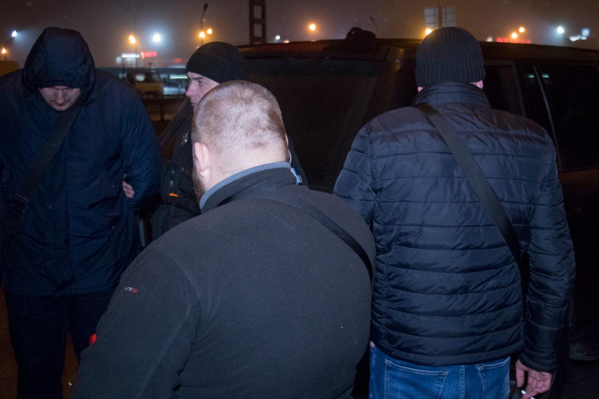 На момент проверки документов, находился водитель по имени Руслан и пассажир