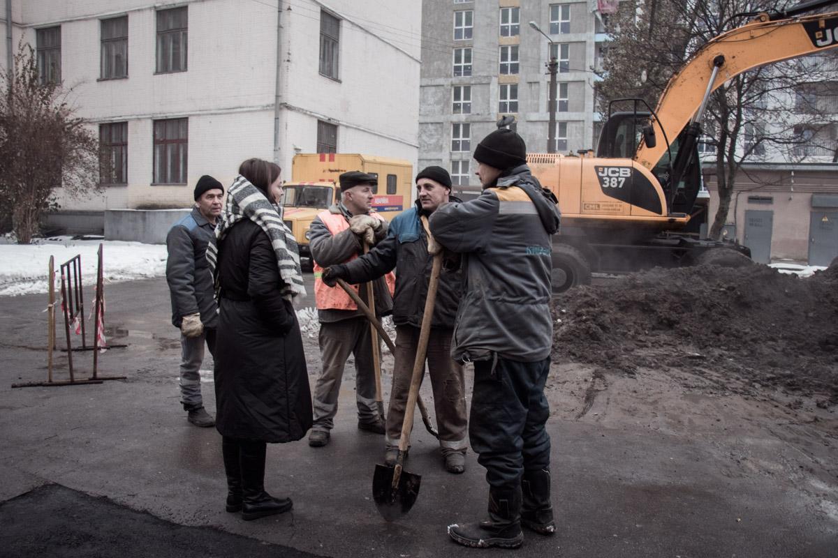 """По словам сотрудников """"Киевтеплоэнерго"""", на данный момент причины аварии устранены, рабочие уже закапывают яму, в которой находится труба"""
