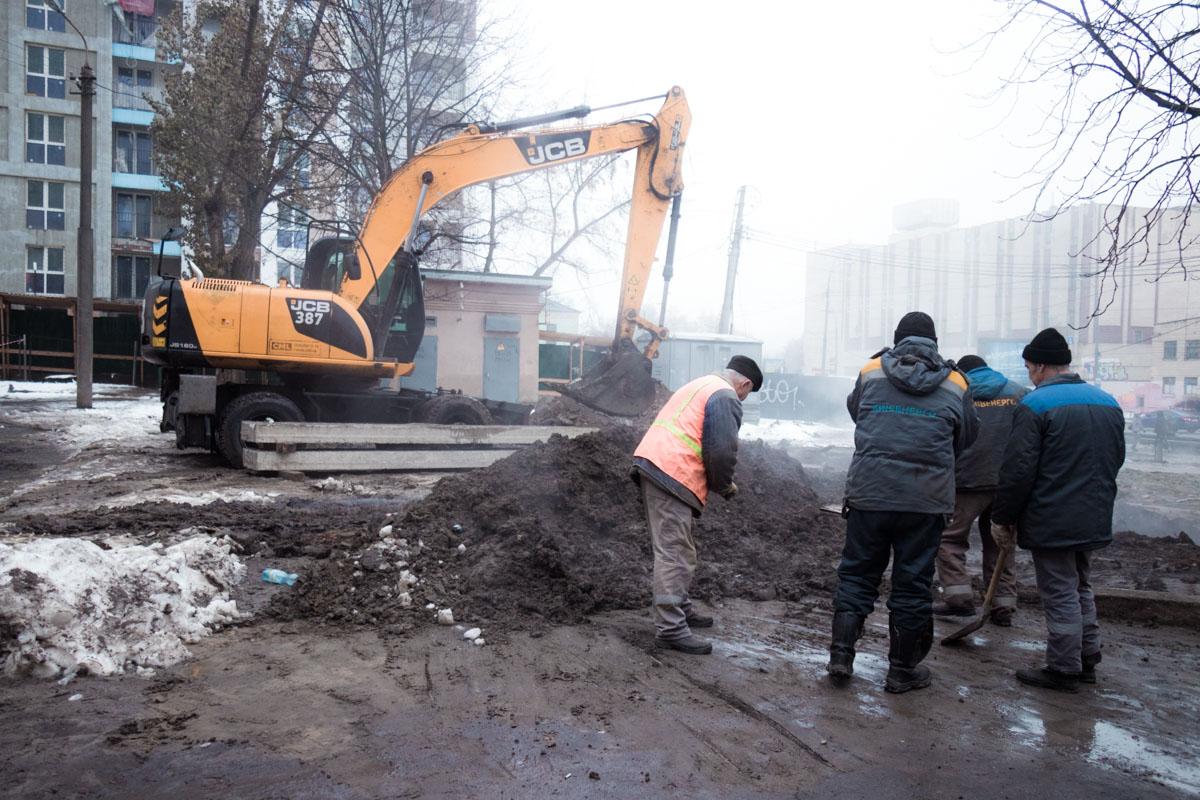 На проспекте Лобановского, 146 второй день продолжает работать аварийная служба