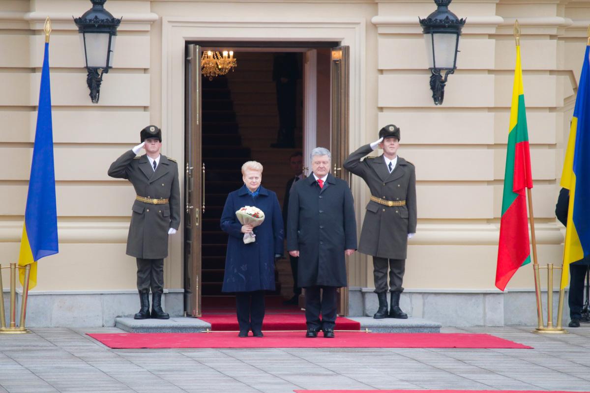 После официальной части президенты пошли на закрытые переговоры