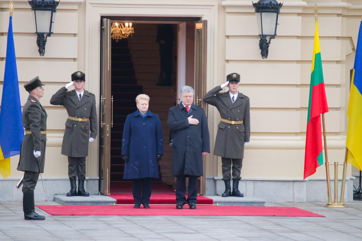Военный оркестр исполнил государственные гимны обеих стран