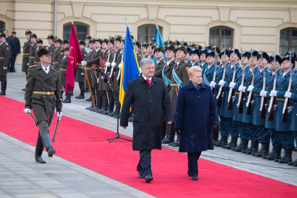 Петр Порошенко и Даля Грибаускайте обошли строй воинов Почетного караула и представили членов официальных делегаций