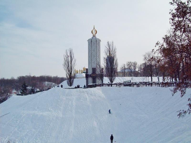 В Парке Славы можно не только смотреть на монументы, но и покататься с холмов