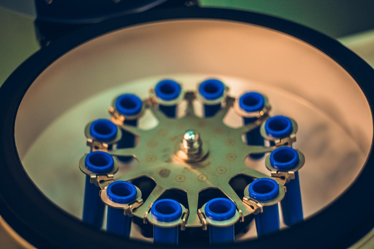 В центрифуге получают необходимый материал для увеличения губ