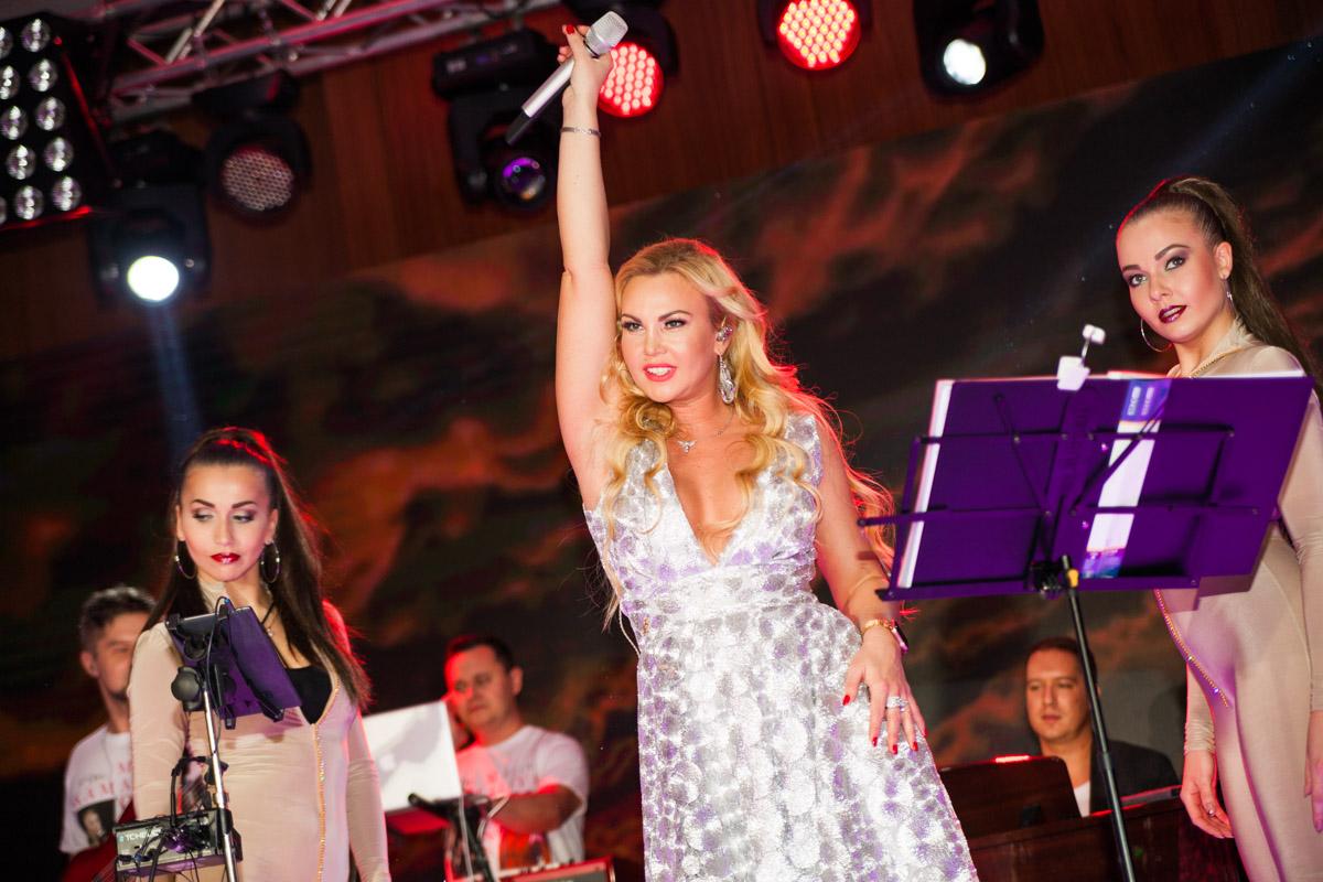 Концерт начался с презентации новой песни KAMALIYA — «Вільна»
