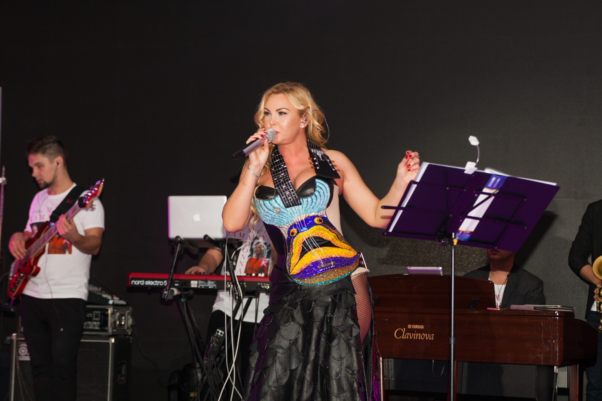 Тематикой вечера стали лучшие хиты певицы Madonna