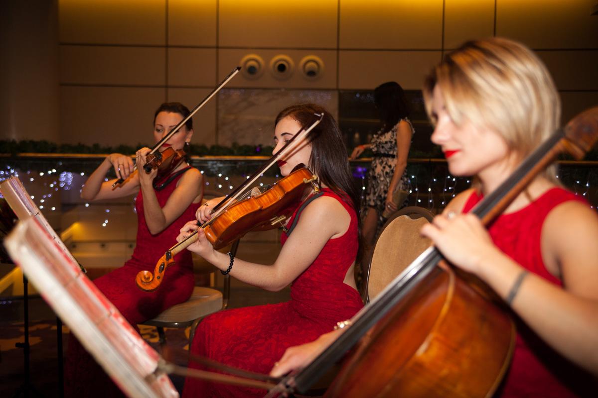 Чтобы скрасить ожидание начала, в холле играли четыре обворожительные девушки из струнного квартета