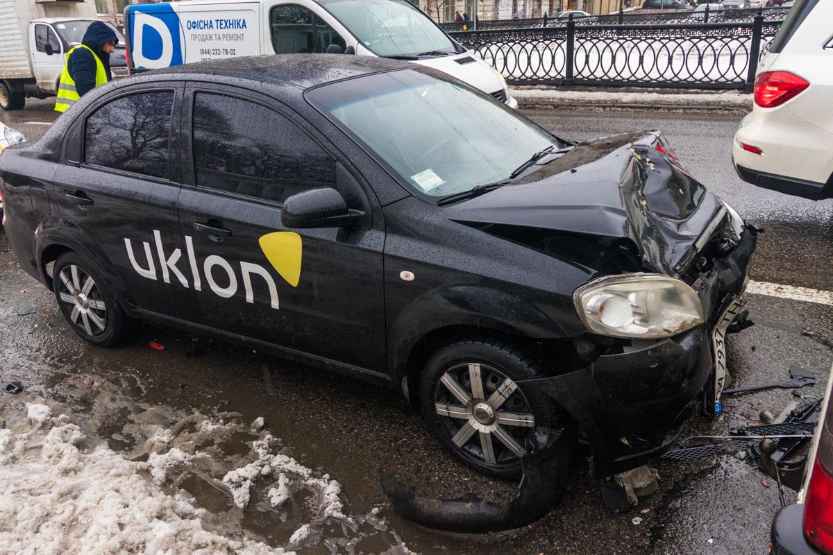 Водителя такси забрала скорая помощь
