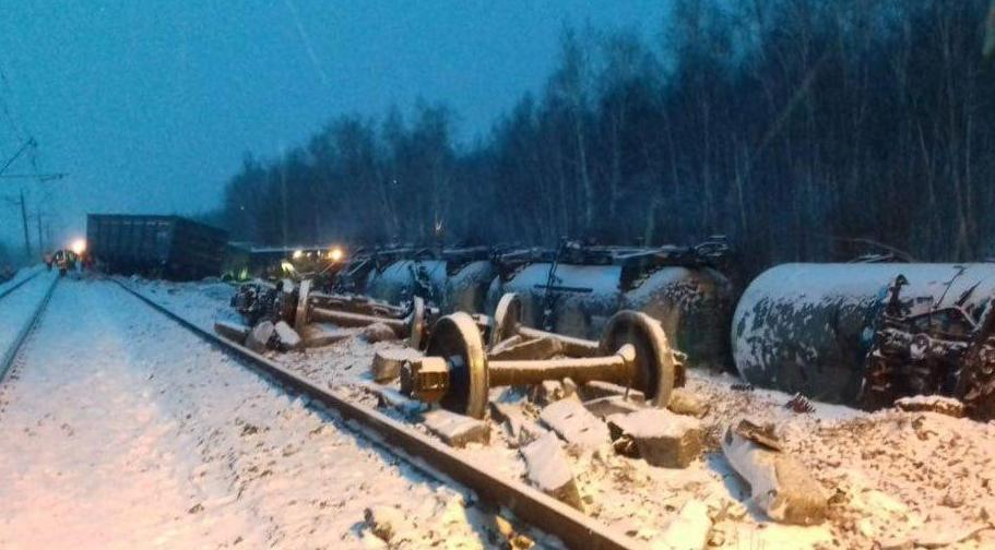 В России в Омской области перевернулись 20 грузовых вагонов с военной техникой, включая цистерны с мазутом