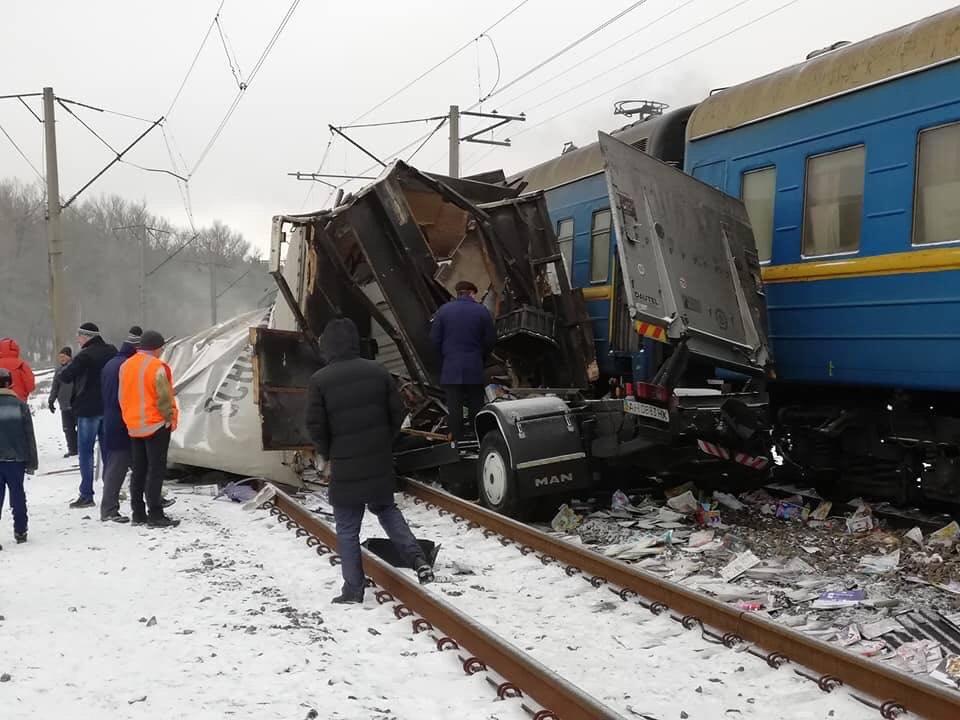 На железнодорожном переезде около поселка Малиновкастолкнулись грузовик и пассажирский поезд