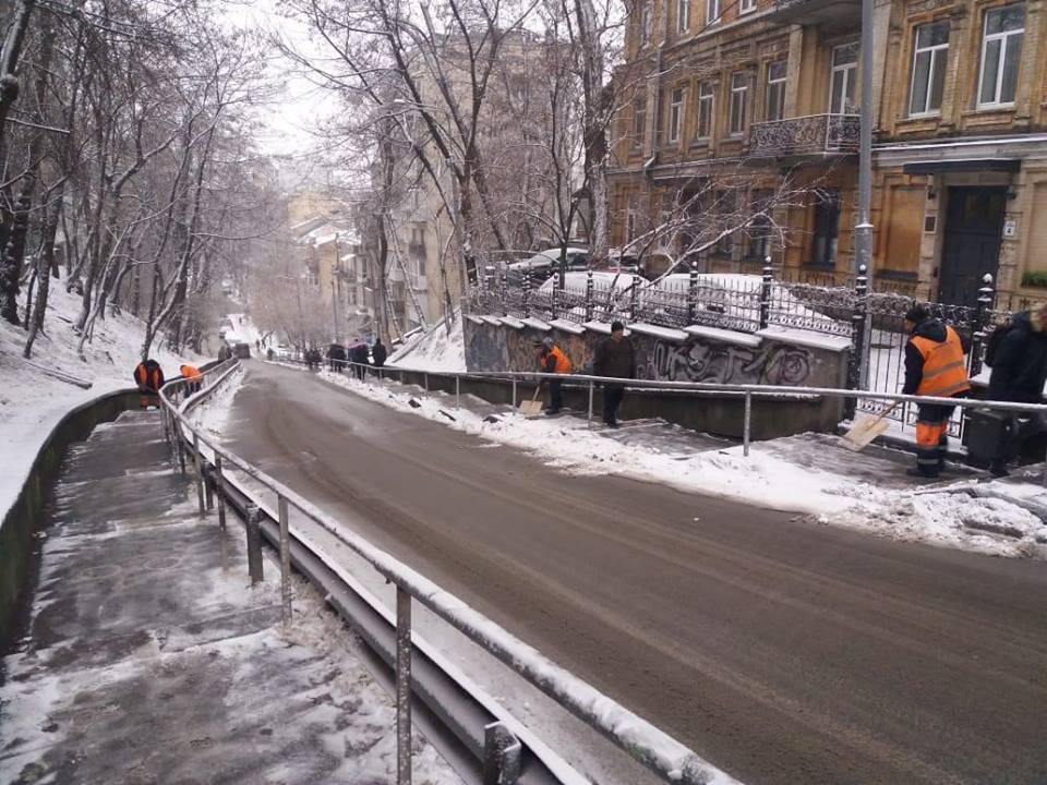 В самого утра коммунальщики приступили к уборке снега с дорог и тротуаров