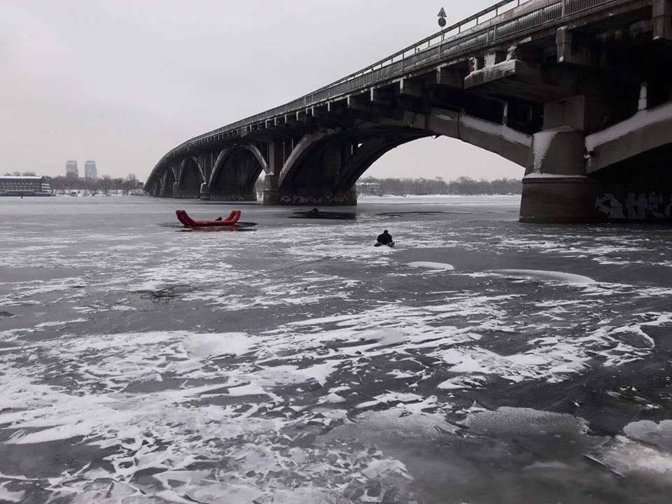 В четверг, 20 декабря, в Киеве с моста Метро в Днепр упал мужчина