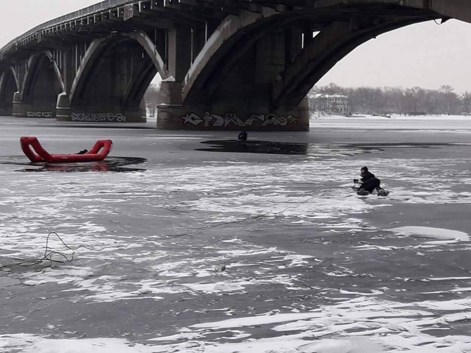 Ему на помощь отправили катер с водолазами