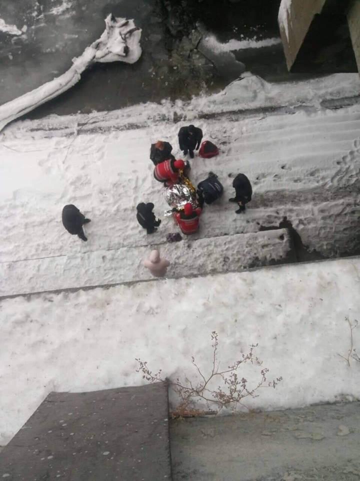 Спасателям удалось пробиться через лед к потерпевшему и вытащить его из воды живым