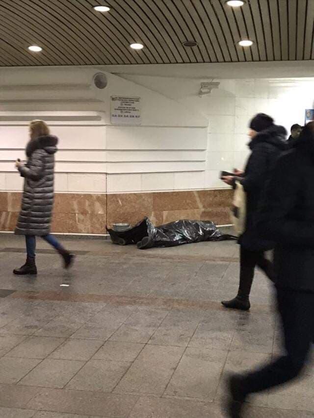 """В Киеве на станции метро """"Житомирская"""" умер мужчина. Фото: очевидцы"""