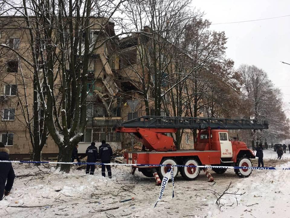 Спасатели эвакуируют жильцов дома