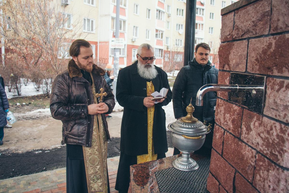 Освятить источник пришло духовенство Свято-Успенского храма