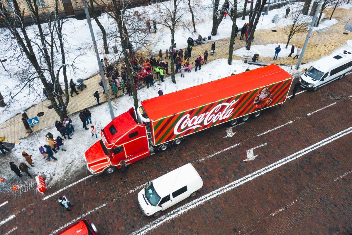 В последнюю субботу 2018 года, 29 декабря, в Киев приехал волшебный праздничный грузовичокCoca-Cola