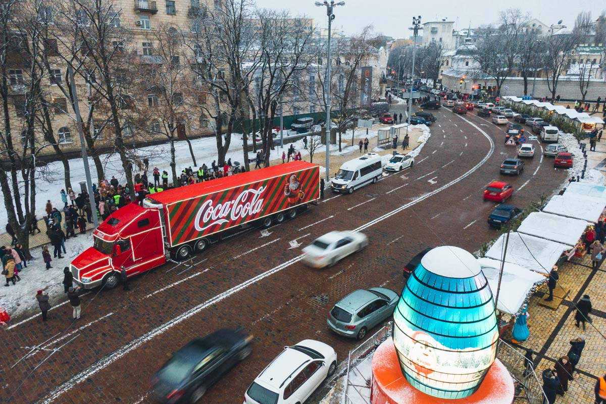 Его экипаж - Санта Клаус и эльфы - радовали жителей Киева заводными танцами, объятиями и подарочками