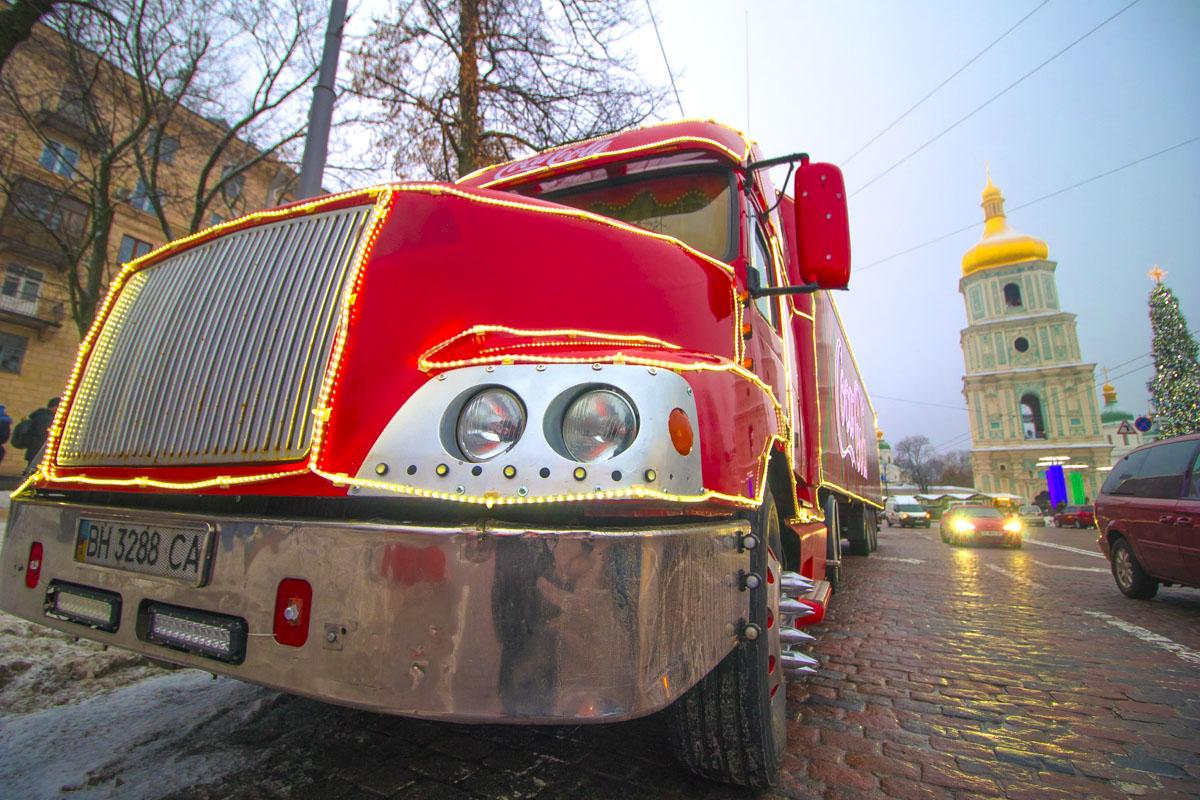 В столицу новогодний транспорт сначала прибыл на самую праздничную локацию города - Софийскую площадь