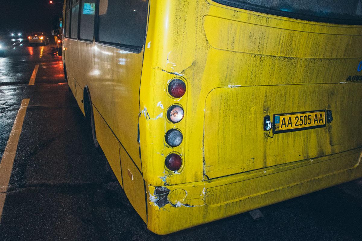 Водитель автобуса поздно заметил маршрутное такси и ударил его в заднюю часть