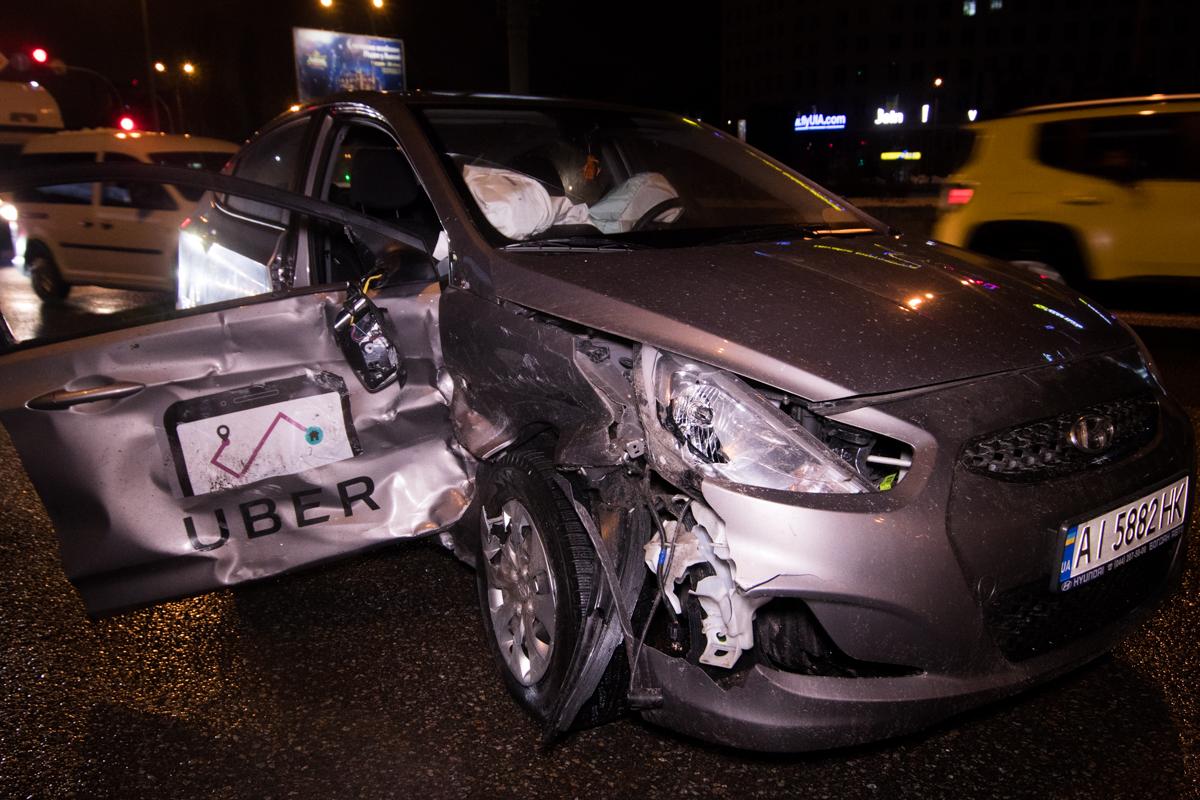 В станции метро «Бориспольская» произошла авария с участием автомобилейMitsubishi Lancer и Hyundai Accent службы таксиUber