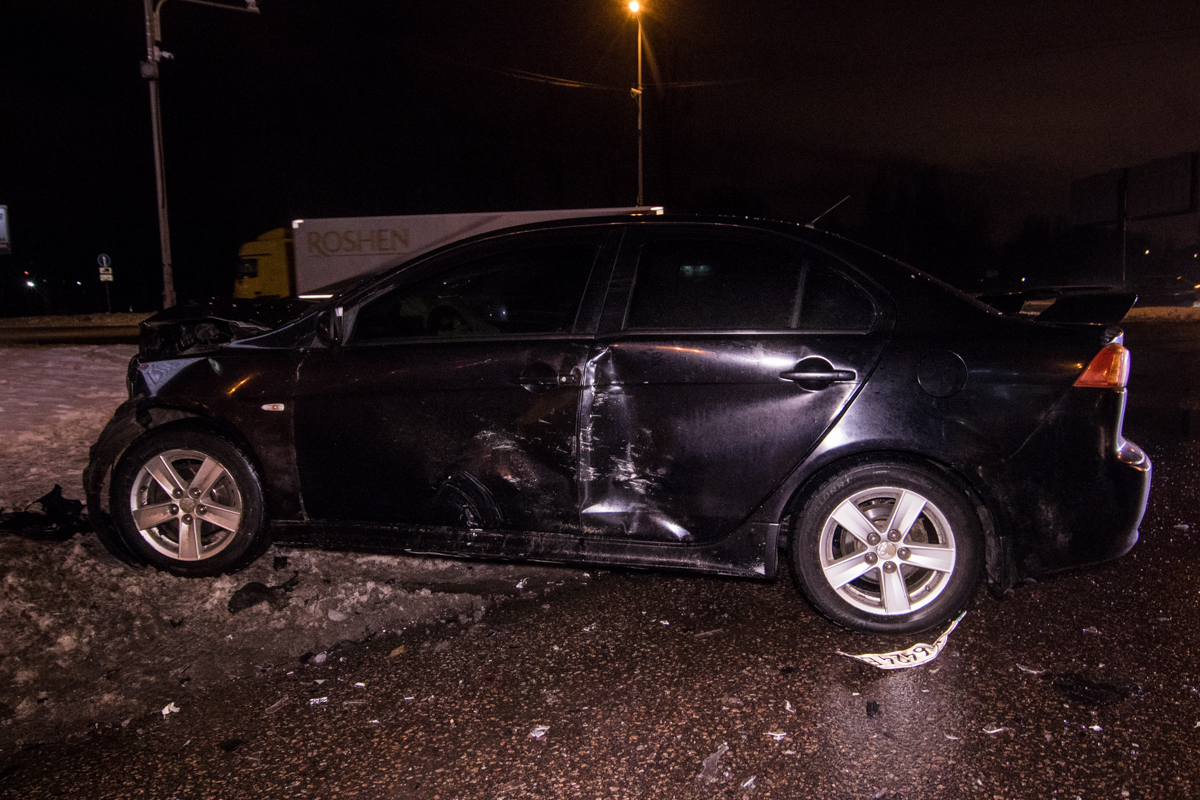 У Mitsubishi разбита вся передняя часть и серьезно повреждена левая сторона