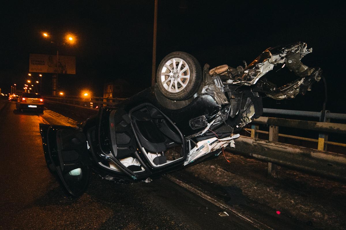 Audi вылетел на отбойник, проехался по нему около пятидесяти метров и перевернулся на крышу