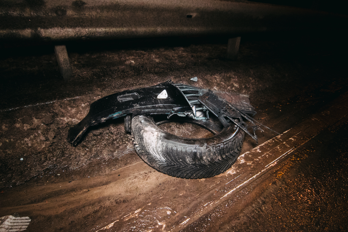 Audi на высокой скорости вылетел на отбойник правыми колесами и так проехал около пятидесяти метров