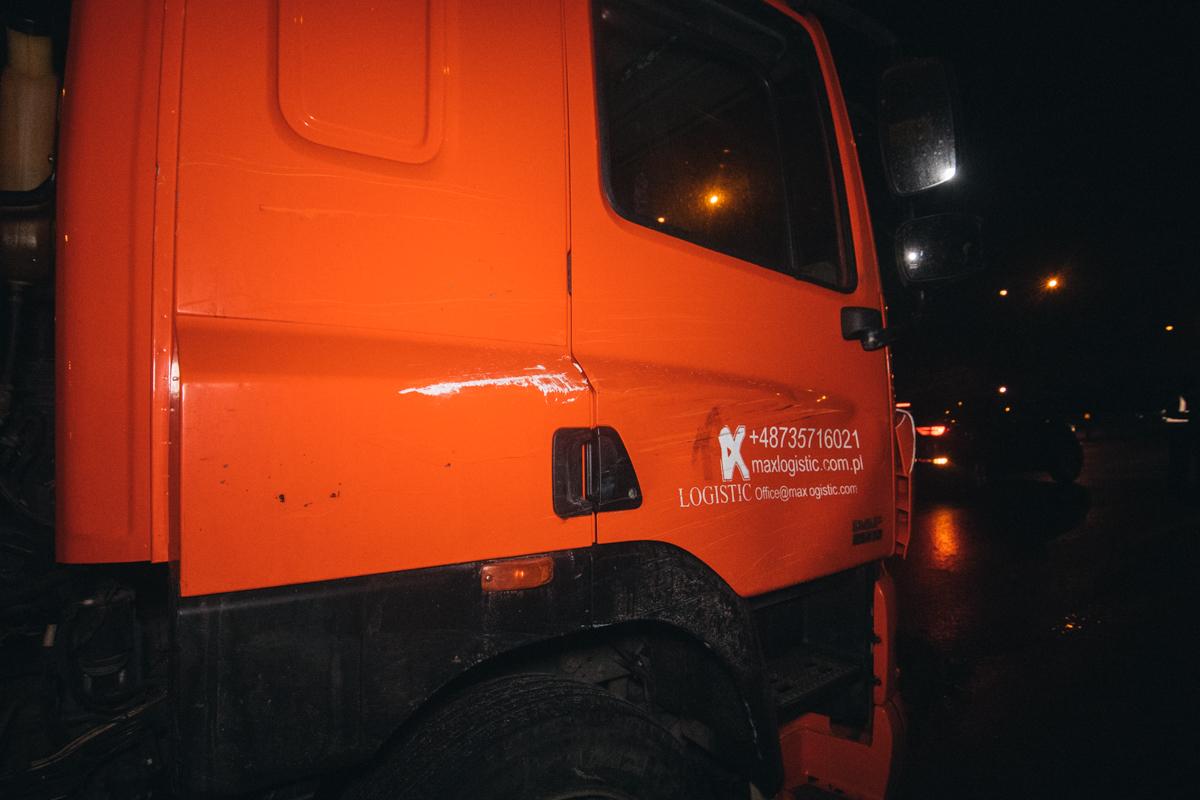 После совершения ДТП, водитель легковушки выбежал из салона и скрылся с места аварии