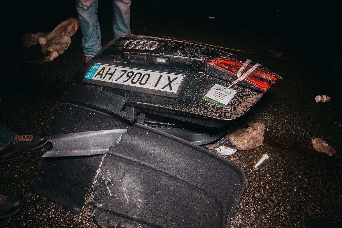 """Во время такого """"маневра"""" у легковушки оторвало багажник и его содержимое начало высыпаться прямо на проезжую часть"""