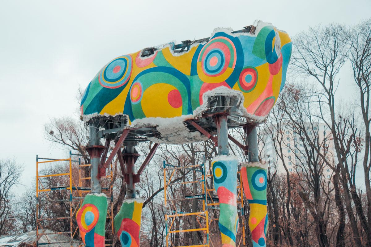 В Киевском зоопарке приступили к монтажу фигуры жирафа