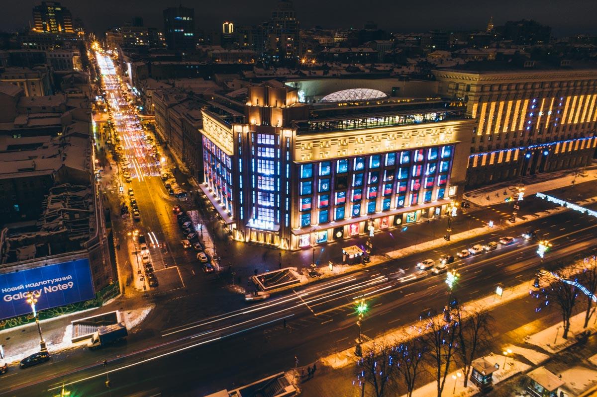 Яркие огни зимнего ночного мегаполиса