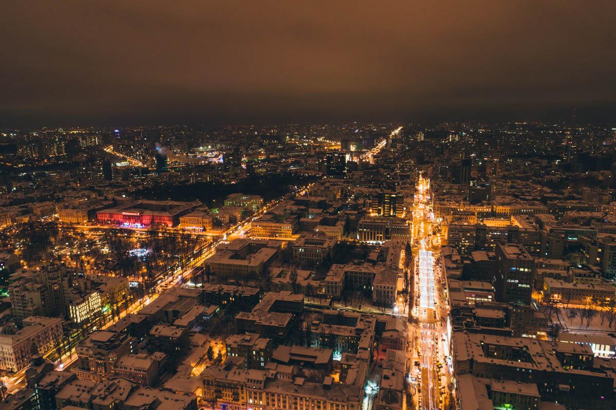 Реки машин мчатся сквозь ночной город